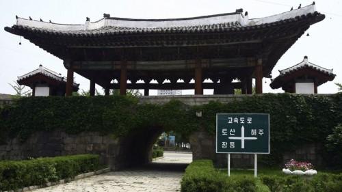 La porte Kaesong Namdae à Kaesong, Corée du Nord. Crédits photo : Yonhap/AP.