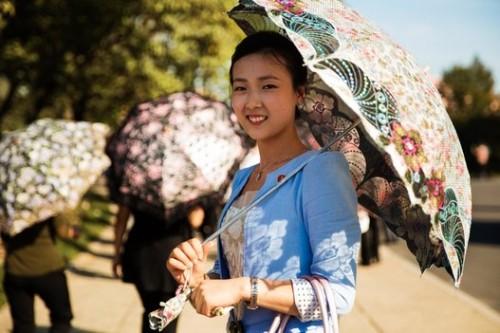 © Mihaela Noroc, Les ombrelles sont prisées des femmes pour se protéger du soleil
