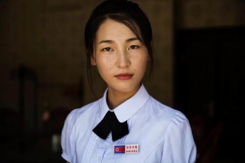 © Mihaela Noroc, Une employé d'un hôtel à Sinuiju