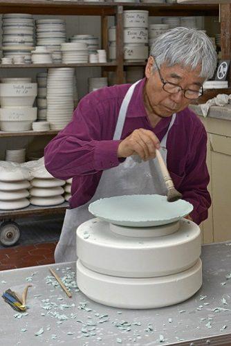 Lee Ufan dans les ateliers de la Manufacture de Sèvres, octobre 2015 (c) Sèvres - Cité de la céramique.