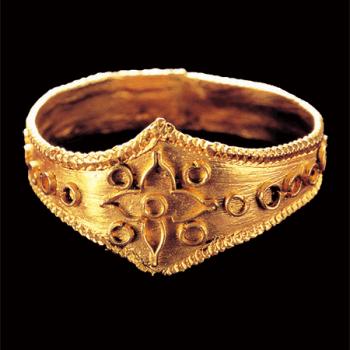 Bague en or, trouvée sur le site rituel n°7 à Okinoshima 沖ノ島7号祭祀遺跡 , Ve-VIe siècle de notre ère, période Kofun, Fukuoka © Kyushu National Museum.